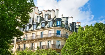 nobles Haus und Bäume in Paris, Frankreich